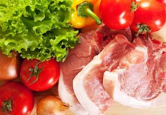 Carne cruda y verduras