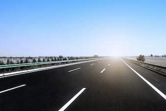 Carretera bajo la luz del sol