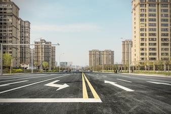 Carretera con viviendas