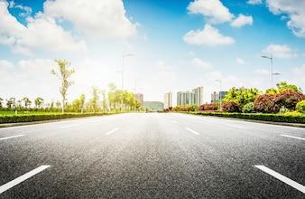 Carretera de asfalto y ciudad moderna