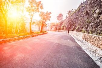 Carretera espaciosa al amanecer