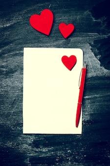 Carta en blanco con corazones rojos