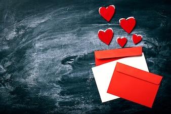 Cartas de colores y corazones rojos encima