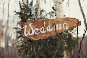 Cartel de madera de boda sobre árbol