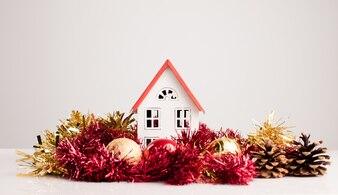 Casa pequeña con decoración navideña