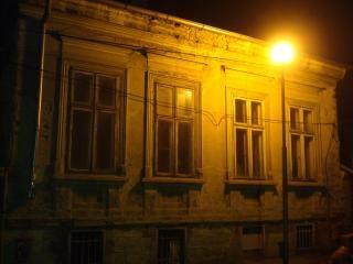 casa vieja en la noche