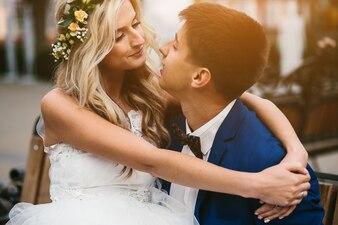 Casado pareja abrazando en la ciudad