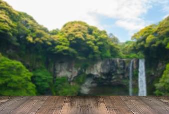Cascada borrosa de Cheonjiyeon es una cascada en la isla de Jeju, Corea del Sur con el puente de madera.