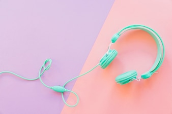 Cascos de música sobre fondo morado y rosa