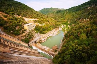 Central hidroeléctrica en el río Ter