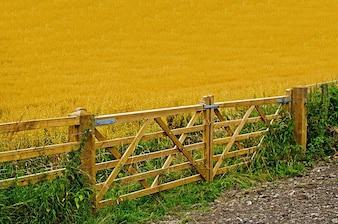 cerca de la granja agrícola puerta trabajo pan de harina de cultivos