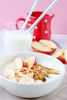 Cereales con plátanos y manzanas