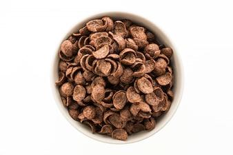 Cereales de chocolate en un tazón blanco