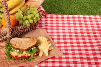 Cesta de picnic con sándwich y copy space