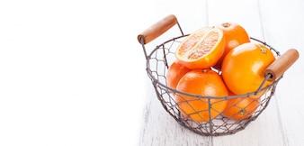 Cesta metálica con naranjas