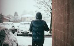 chaqueta de vuelta en el estacionamiento nevando