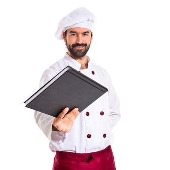 Chef dando un libro