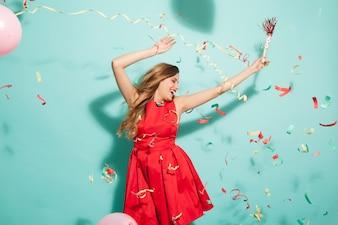Chica bailando en la fiesta con confeti