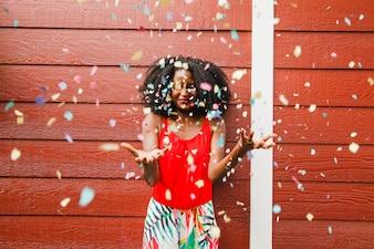 Chica bajo lluvia de confeti