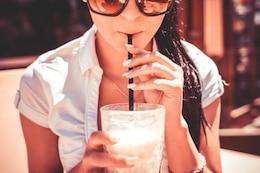 Chica beber batido