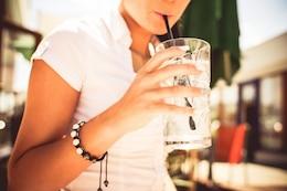 Chica bebiendo cócteles