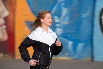 Chica bonita corriendo