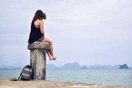 Chica busca en el mar