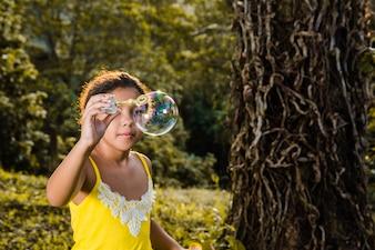 Chica con burbuja de jabón