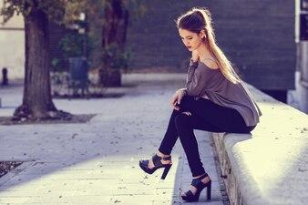 Chica con el pelo largo pasando el tiempo al atardecer