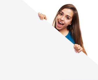 Chica con la boca abierta y un cartel en blanco