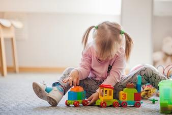 Chica con ponytails jugando con el juguete