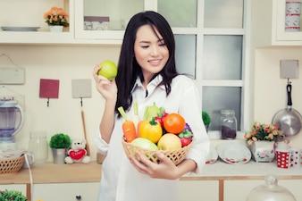 Chica con un bol de verduras