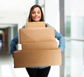 Chica con un montón de cajas