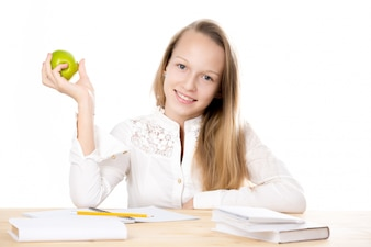Chica con una manzana en la mano