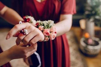 Chica con una pulsera de flores
