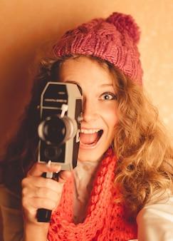 Chica con una videocamara antigua