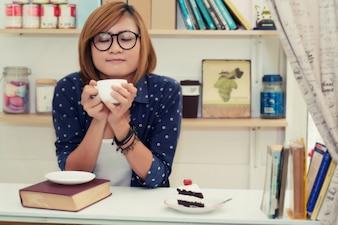 Chica disfrutando de su café