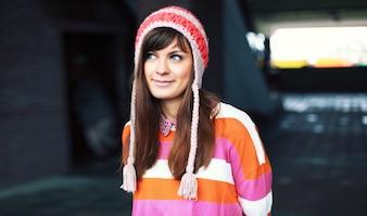 Chica divertida llevando un jersey colorido
