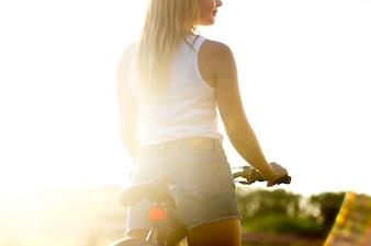 Chica en bicicleta al atardecer