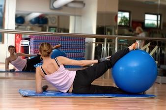 Chica en clase de pilates