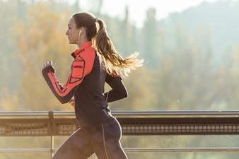 Chica en forma corriendo al aire libre