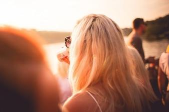 Chica en la luz del sol