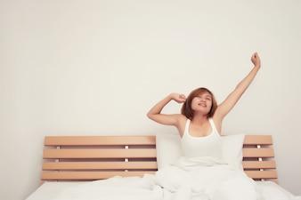 Chica estirándose después de despertar