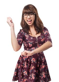 Chica feliz bailando