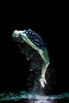 Chica flotando en el agua