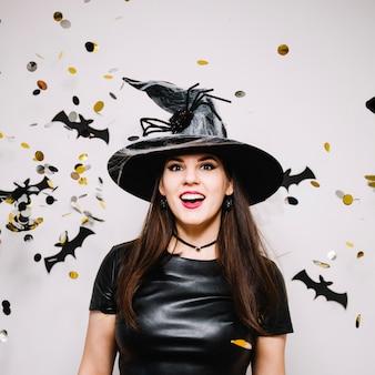 Chica gótica con confeti y murciélagos