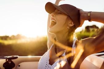Chica gritando montada en un coche