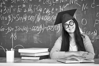 Chica inteligente con gafas en blanco y negro