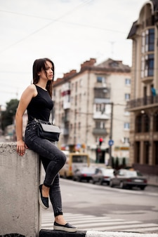 Chica joven apoyada en un muro bajo
