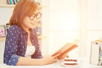 Chica joven leyendo un libro
